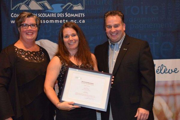 Le prix de reconnaissance pour la catégorie Réalisation a été remis à Pierrette Proulx, enseignante à l'école secondaire de la Ruche, pour le projet Sors de ta bulle.